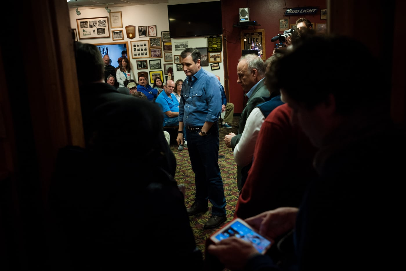 U.S. Republican presidential candidate Ted Cruz speaks at a campaign stop at Danny's Sports Spot in Cherokee, Iowa January 5, 2016. REUTERS/Mark Kauzlarich