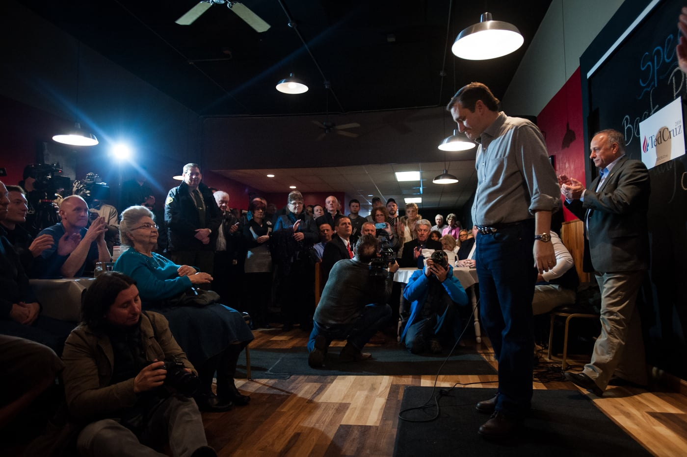 U.S. Republican presidential candidate Ted Cruz bows his head during applause after speaking at a campaign stop at Union Jacks Grill in Rock Rapids, Iowa January 6, 2016.
