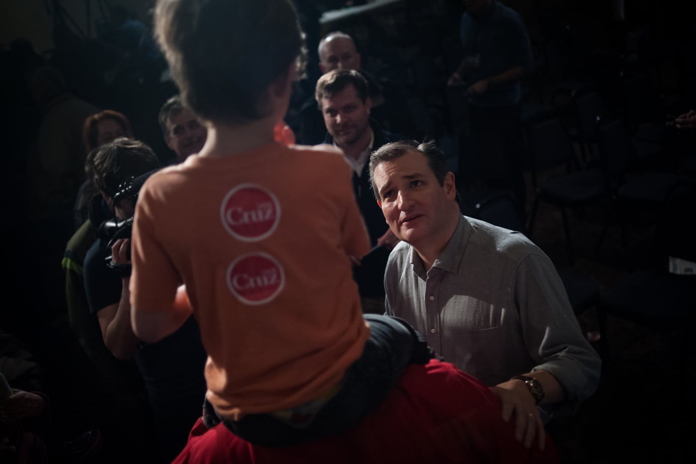 U.S. Republican presidential candidate Ted Cruz talks to Oliver Jensen, 5, as he sits on the shoulders of his father Ryan Jensen after a campaign event at Clay County Regional Event Center Ballroom in Spencer, Iowa January 6, 2016. REUTERS/Mark Kauzlarich