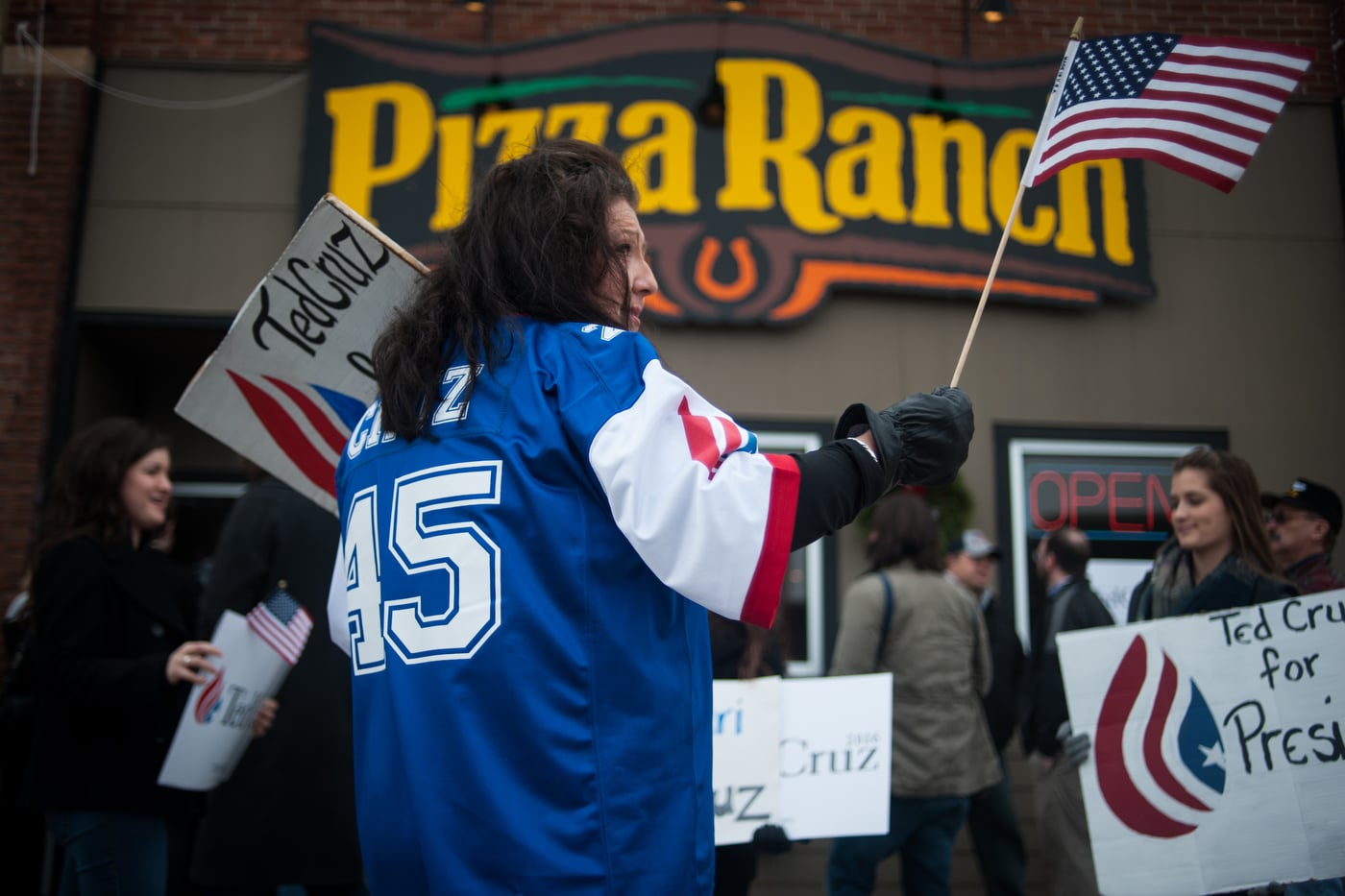 Deb Bolding waves a flag as she waits for U.S. Republican presidential candidate Ted Cruz to arrive at a campaign stop at a Pizza Ranch restaurant in Pocahontas, Iowa January 7, 2016. REUTERS/Mark Kauzlarich