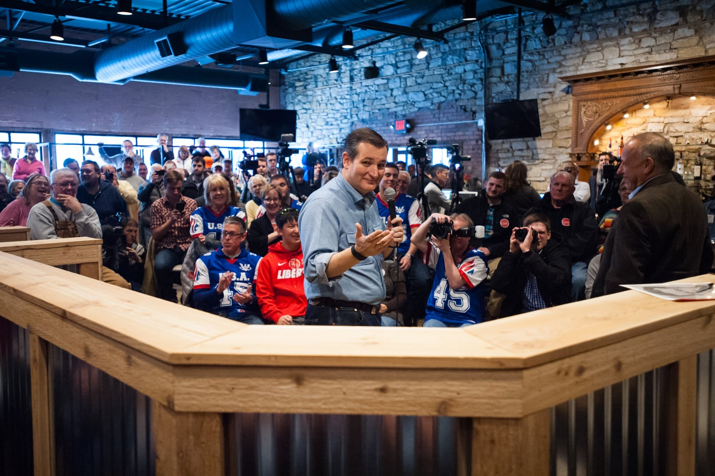 U.S. Republican presidential candidate Ted Cruz speaks at a Rustix Restaurant and Event Center in Humboldt, Iowa January 7, 2016. REUTERS/Mark Kauzlarich