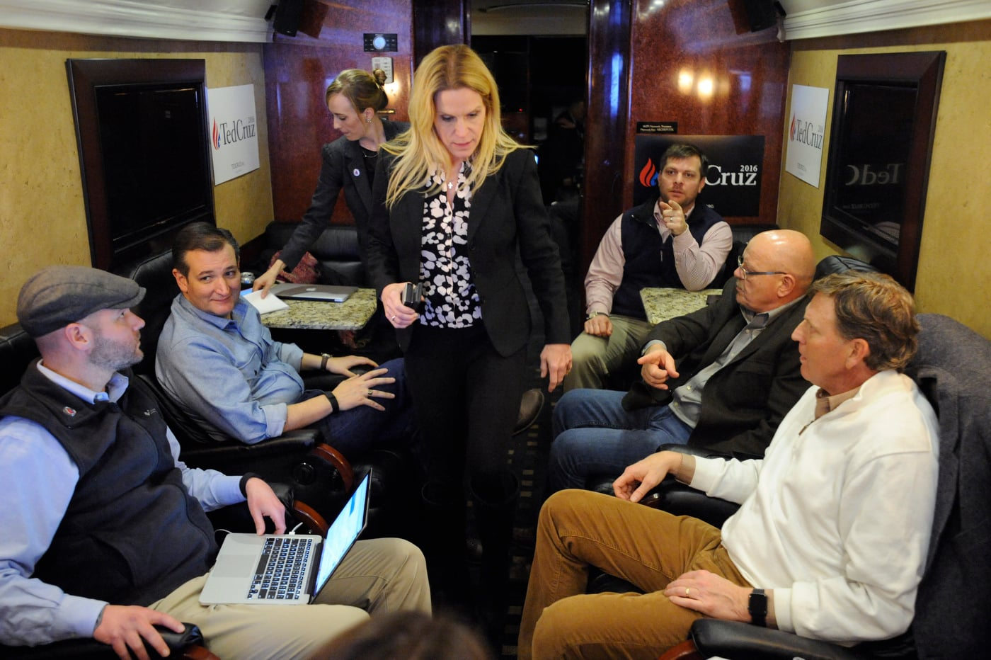U.S. Republican presidential candidate Ted Cruz (2L) speaks with his campaign staff and advisors including political strategist Jason Johnson (L), national press secretary Catherine Frazier (3L), senior advisor Alice Stewart (C), and travel aide Bruce Redden (3R) on the campaign bus in Goldfield, Iowa January 7, 2016. REUTERS/Mark Kauzlarich