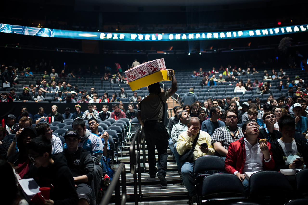A vendor at Madison Square Garden sells popcorn prior to the Saturday match of the League of Legends World Championship semifinals in New York. Mark Kauzlarich for TIME