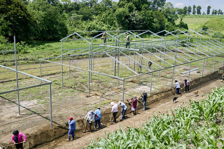 Inequalities_El_Salvador_Women-greenhouse-building_20160722_El_Salvador_DSC08864.jpg