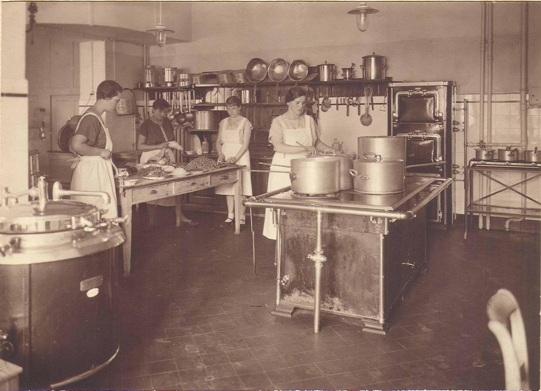 The kitchen of Dr Bircher-Benner's sanatorium in the 1920s Source: Bircher-Benner Archiv, Universität Zürich, Medizinhistorisches Institut, (public domain)