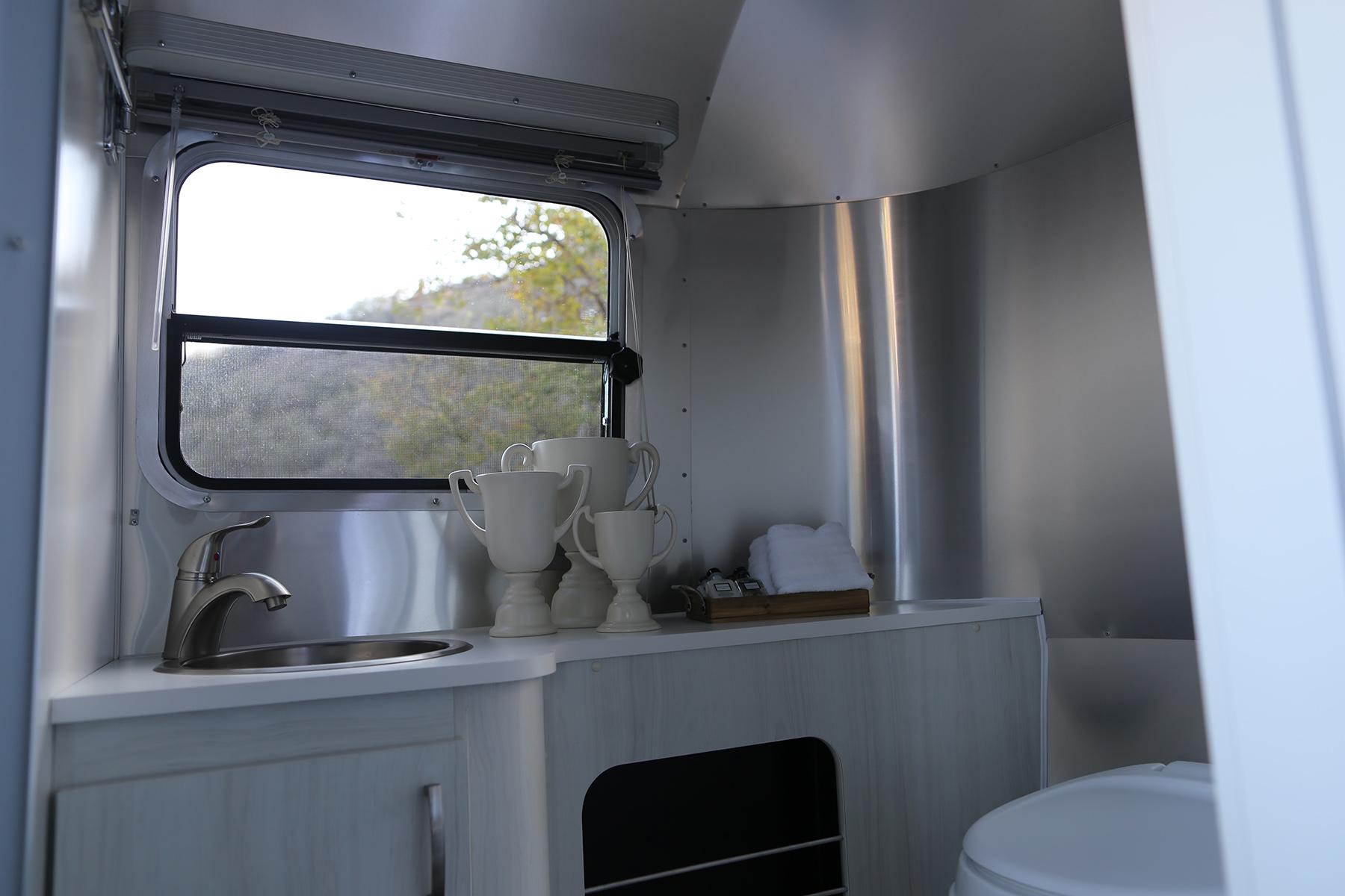 airstream-rental-bambi-sport-22ft-bathroom.JPG