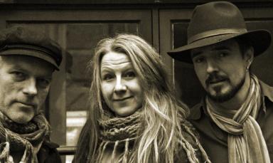 MY QUIET COMPANION  - Singer/Songwriter-låtar med kryddiga influenser från folk, visa, pop, country och americana.  Sånger om himmel, jord, kärlek och stenar blandas med berättelser ur vardagen om tillvarons stora frågor och små detaljer. Akustisk känsla, stark närvaro, tre gitarrer, dobro, mandolin, stompboard, sväng och stämsång.  Dessa fantastiska låtskrivare var en av akterna under den strålande premiären på Club Amanda 2015-12-11.