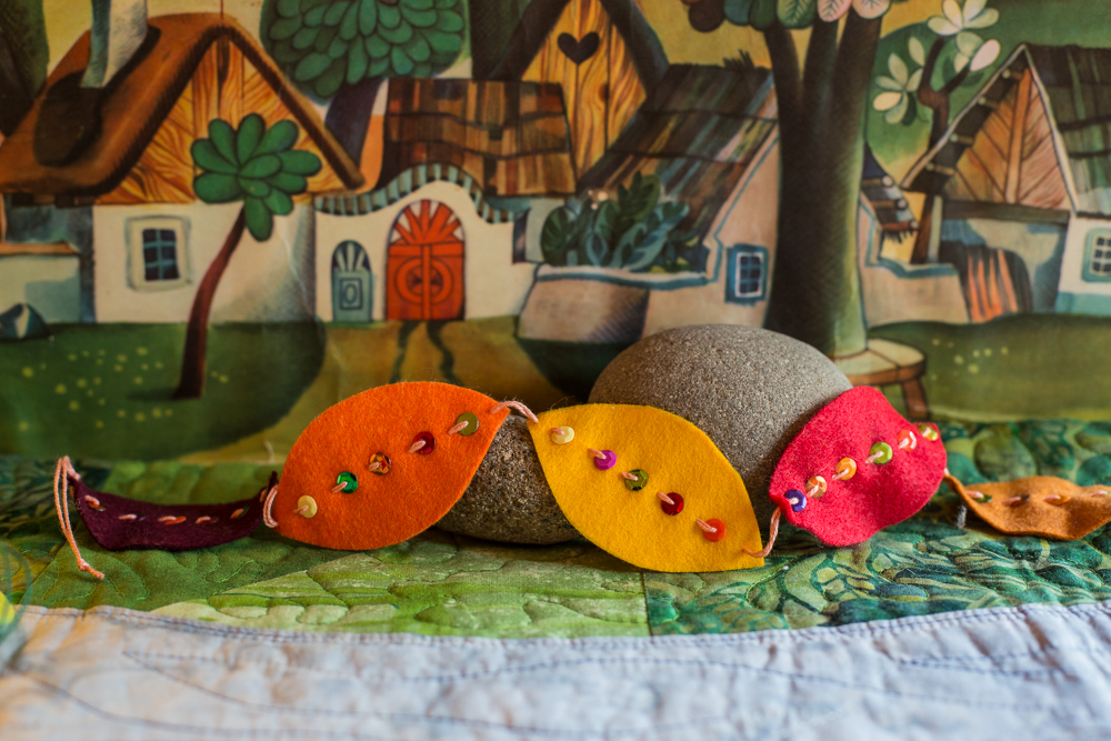 Fall leaf garland | Autumn crafts in the Forest Fairy Crafts books by Lenka Vodicka-Paredes and Asia Curry. Handwork and enchanted ideas for children of all ages.