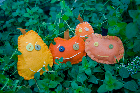 Free moody pumpkins felt craft for children by Forest Fairy Crafts. Learn to sew with charming seasonal decorations and toys