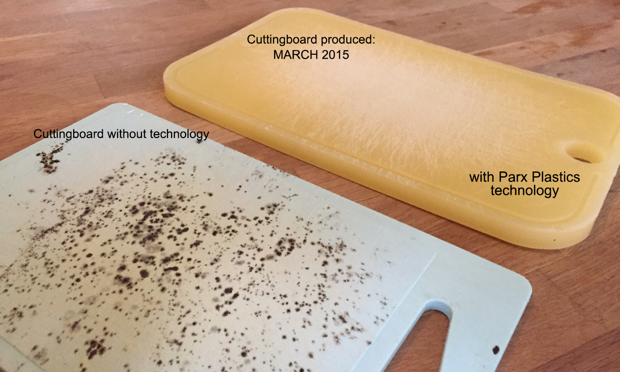 A cutting board without technology compared and a cutting board with Parx' technology, left in a closed, moist dishwasher for 4 days.