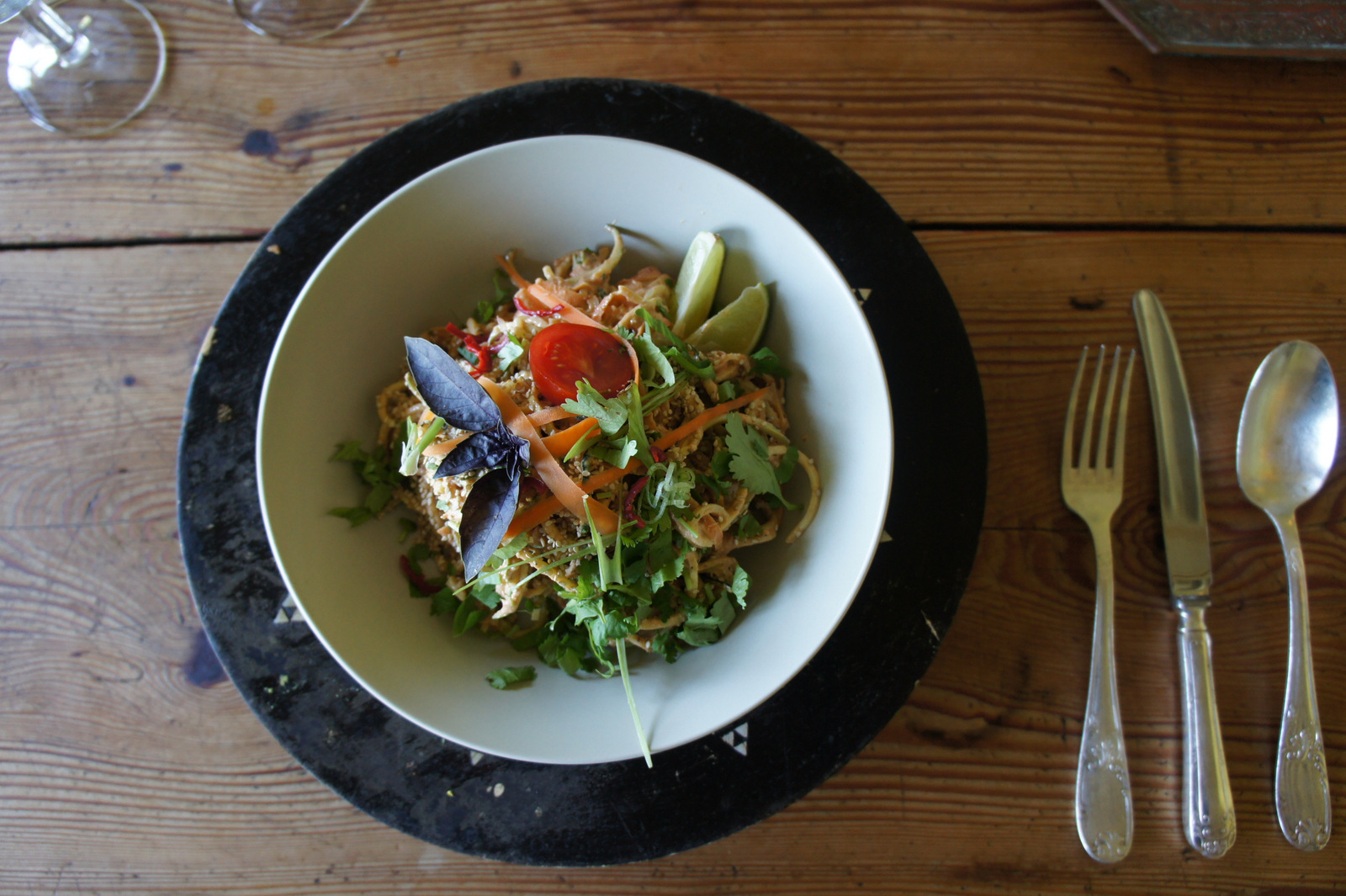 Raw courgetti bolognese