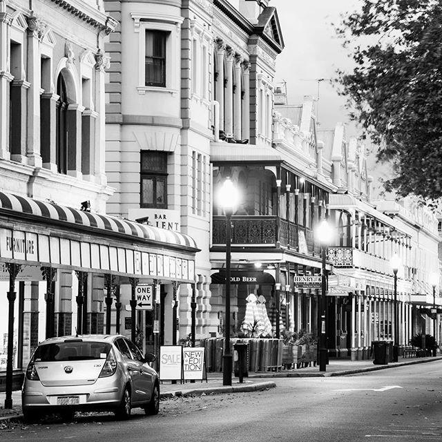 Fremantle wandering⠀ .⠀ .⠀ #PIstudent #fremantlewa #lowlight #streetphotography #learningphotgraphy #fremantlecharm #blackandwhitephotography #nikond80