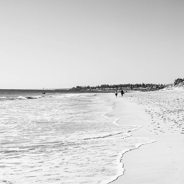 Beach wandering⠀ .⠀ .⠀ #Fremantle #beachwalks #blackandwhitephotography #Oceantide #indianocean #westernaustralia