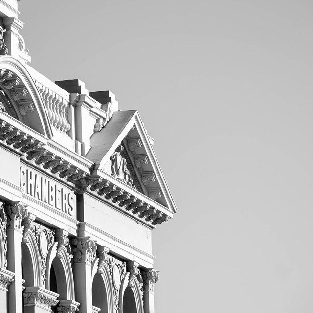 Fremantle wandering. Street building detail⠀ .⠀ .⠀ .⠀ #Buildingfacade #streetphotogrpahy #buildingdetail #fremantlecharm #blackandwhitestreetphotography #photographyart #charactorbuilding #heritagebuilding #fremantlewa #westernaustralia