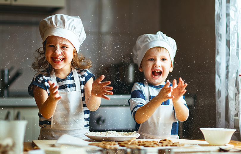 02_10_2017_happy-family-funny-kids-preparing-dough-810x516.png