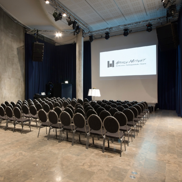 Sørg for at det er nok stoler til alle deltakerne, og at scenen er ryddet og klar når seminaret starter.