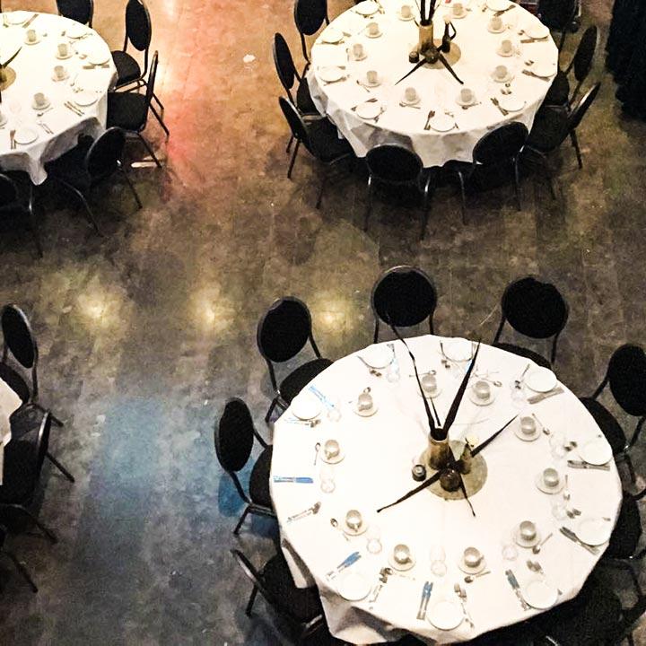 Til firmafesten dekker vi bord og pynter lokalet etter deres preferanser.