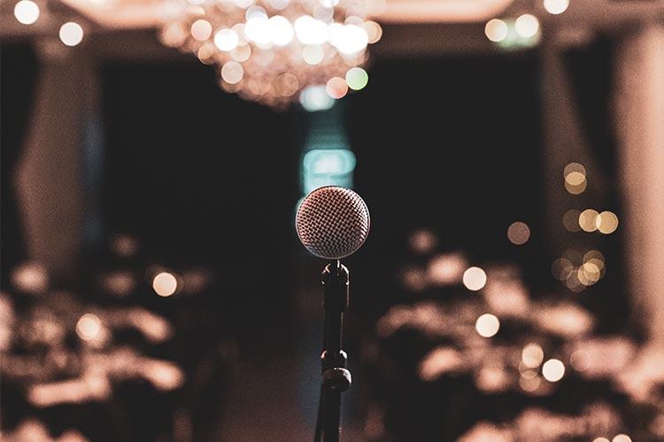 Alle foredragsholdere bør bruke mikrofon, slik at alle tilhørerne får med seg det som blir sagt.