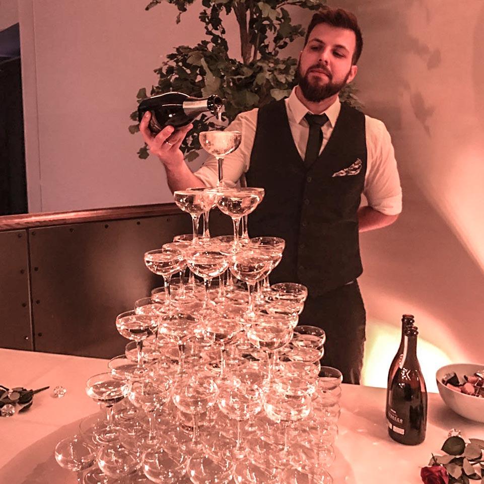 Ønsk gjestene velkommen med en aperitiff. Dette er en perfekt ice breaker og skaper god stemning.