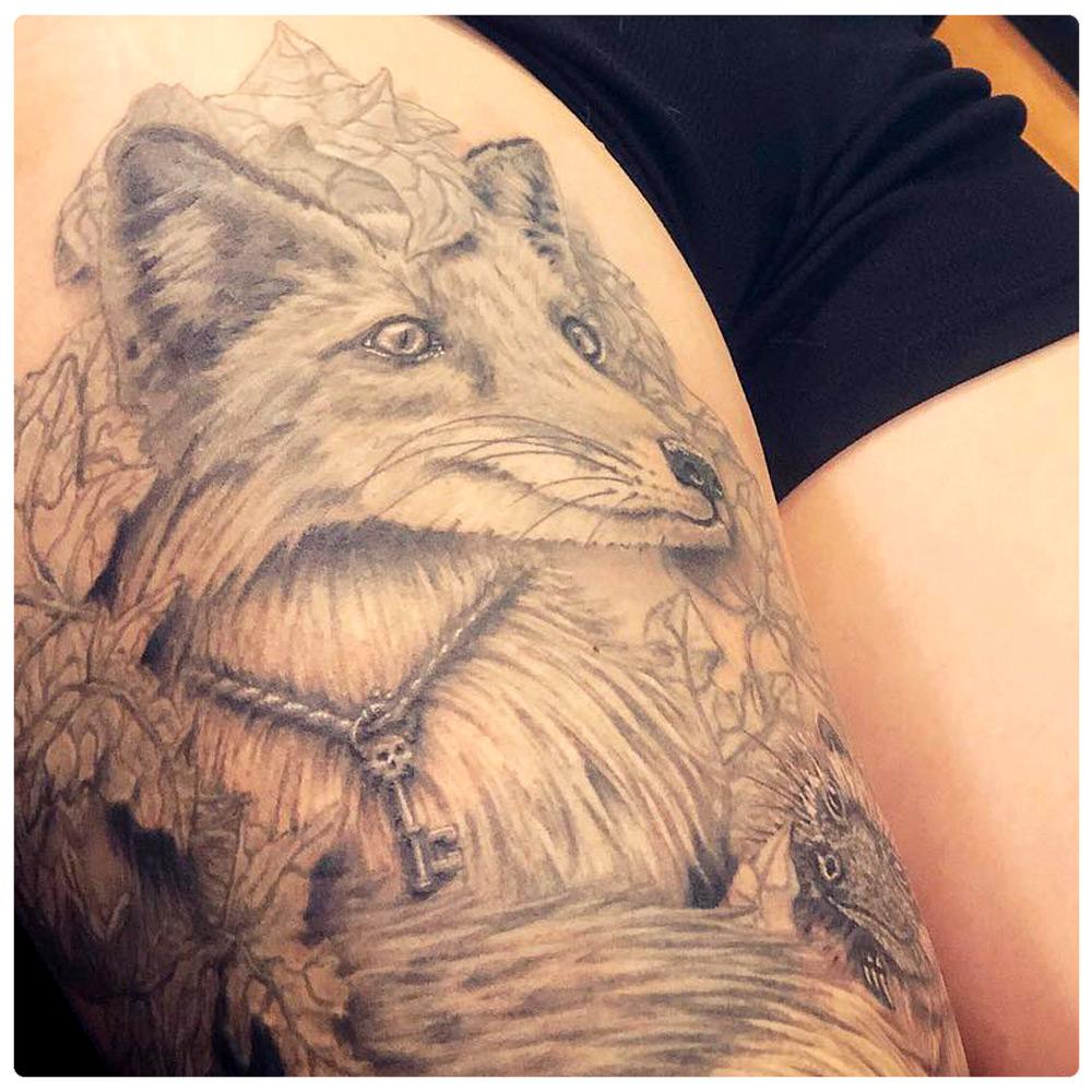 2017_tattoo_thigh_fox-greyscale.jpg