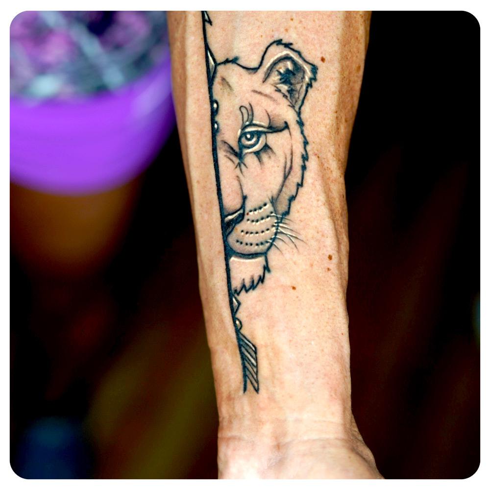 portfolio-3_2019_tattoo_forearm_linework-minimalism_lion-mates.jpg