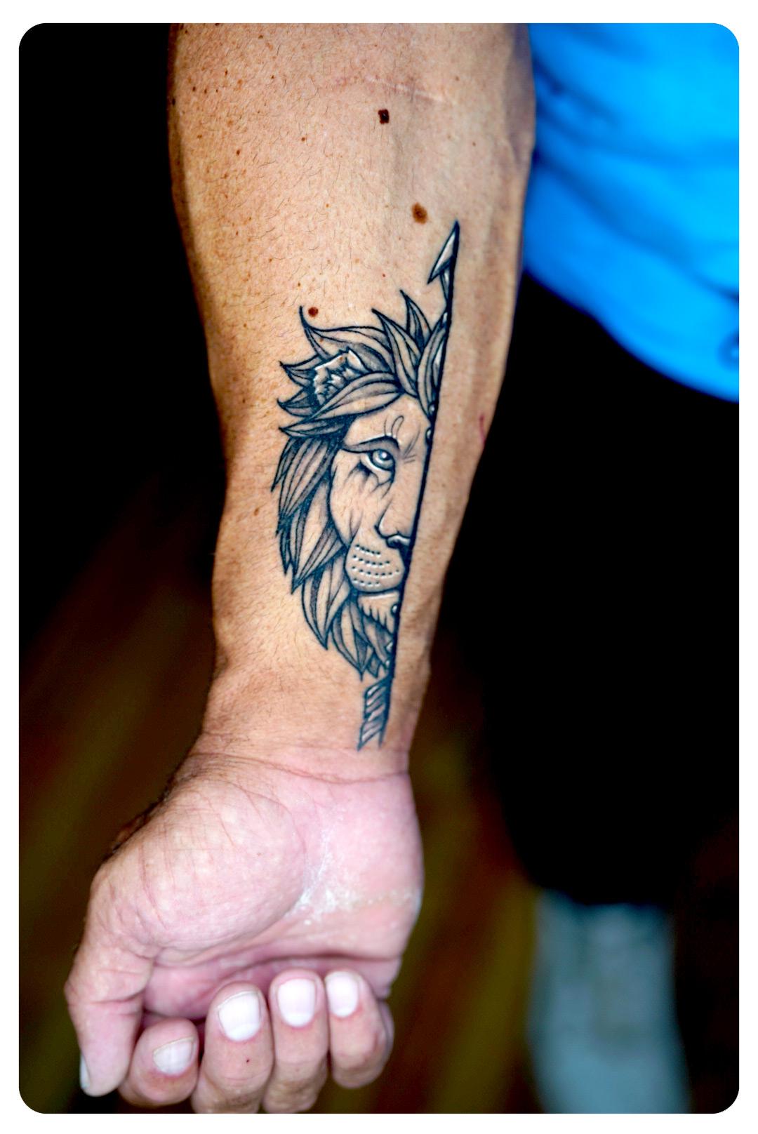 web-2_2019_tattoo_forearm_linework-minimalism_lion-mates.jpg