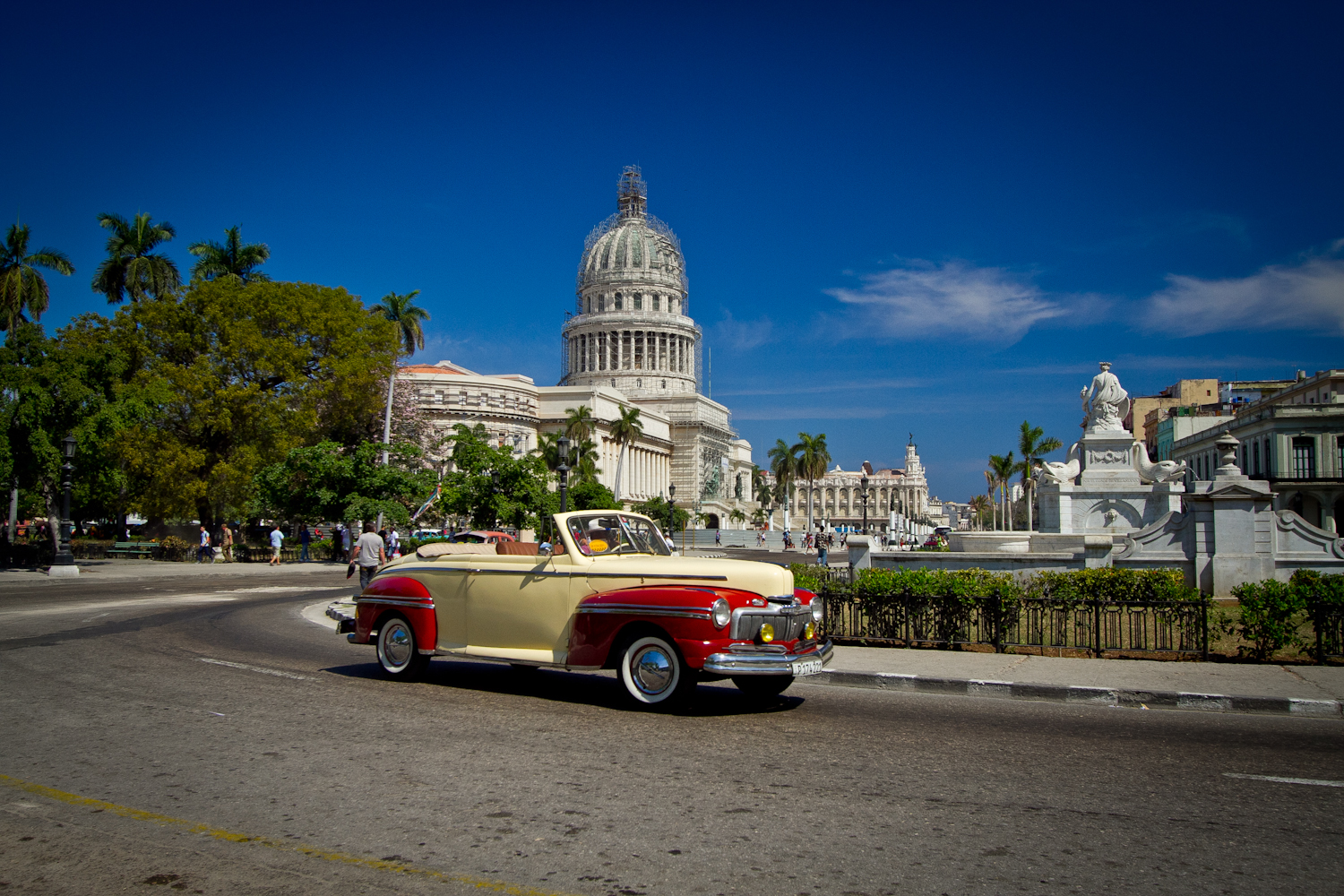 Vintage American car, with the Capitolio in the background