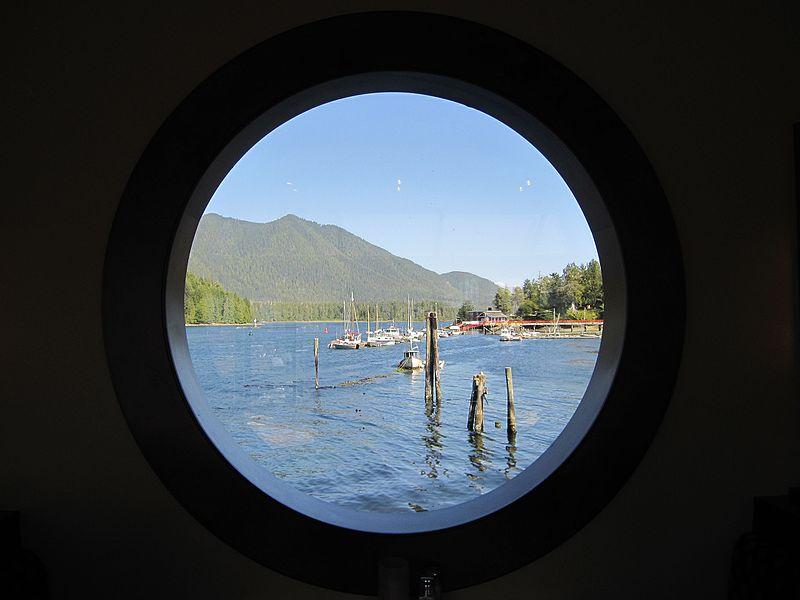 Peep-hole_into_Tofino_-_panoramio.jpg