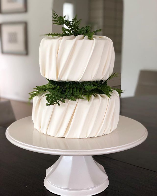 Love the simplicity of this cake. Buttercream covered in white chocolate fondant