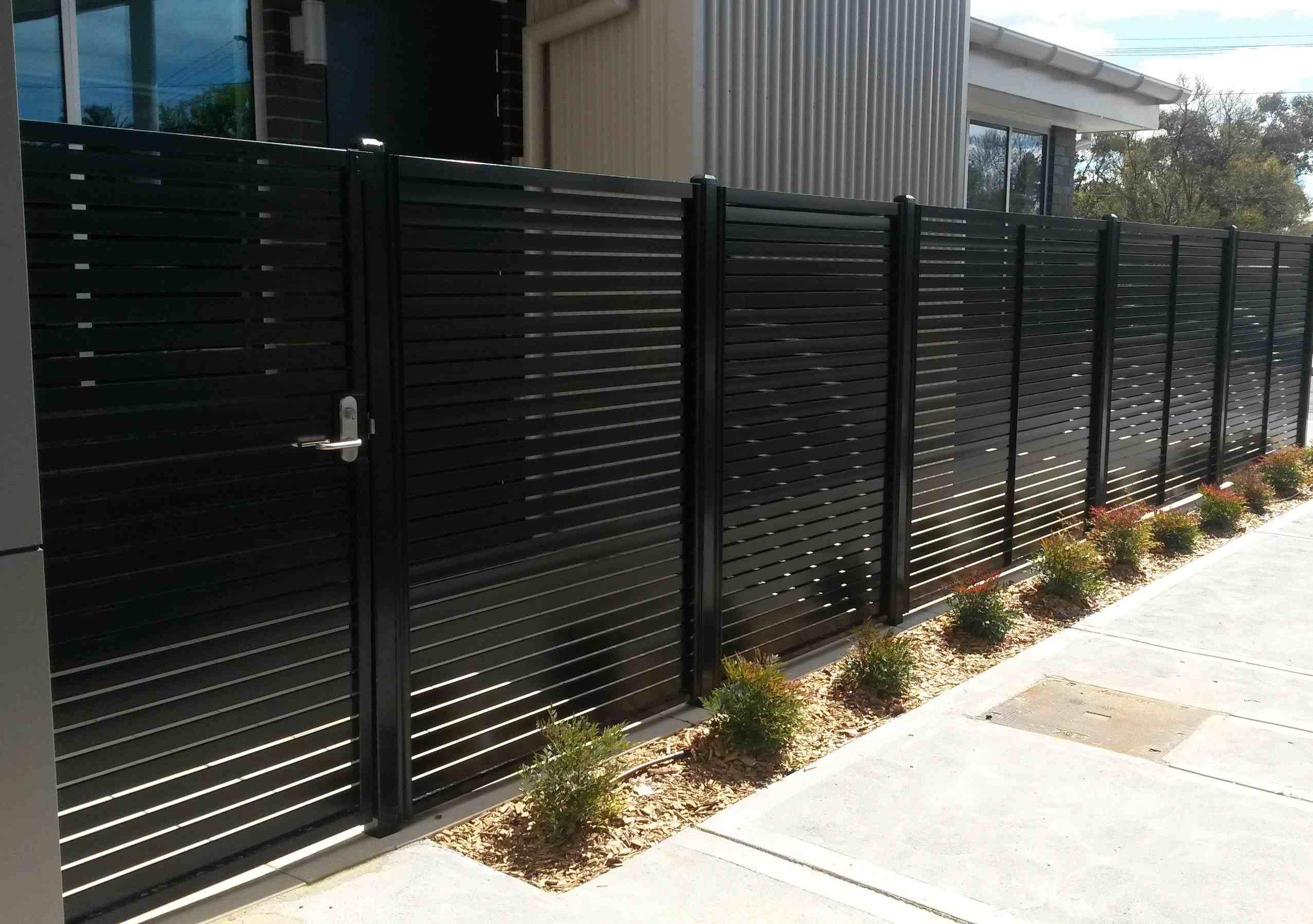 Horizontal Picket with gate handle.jpg