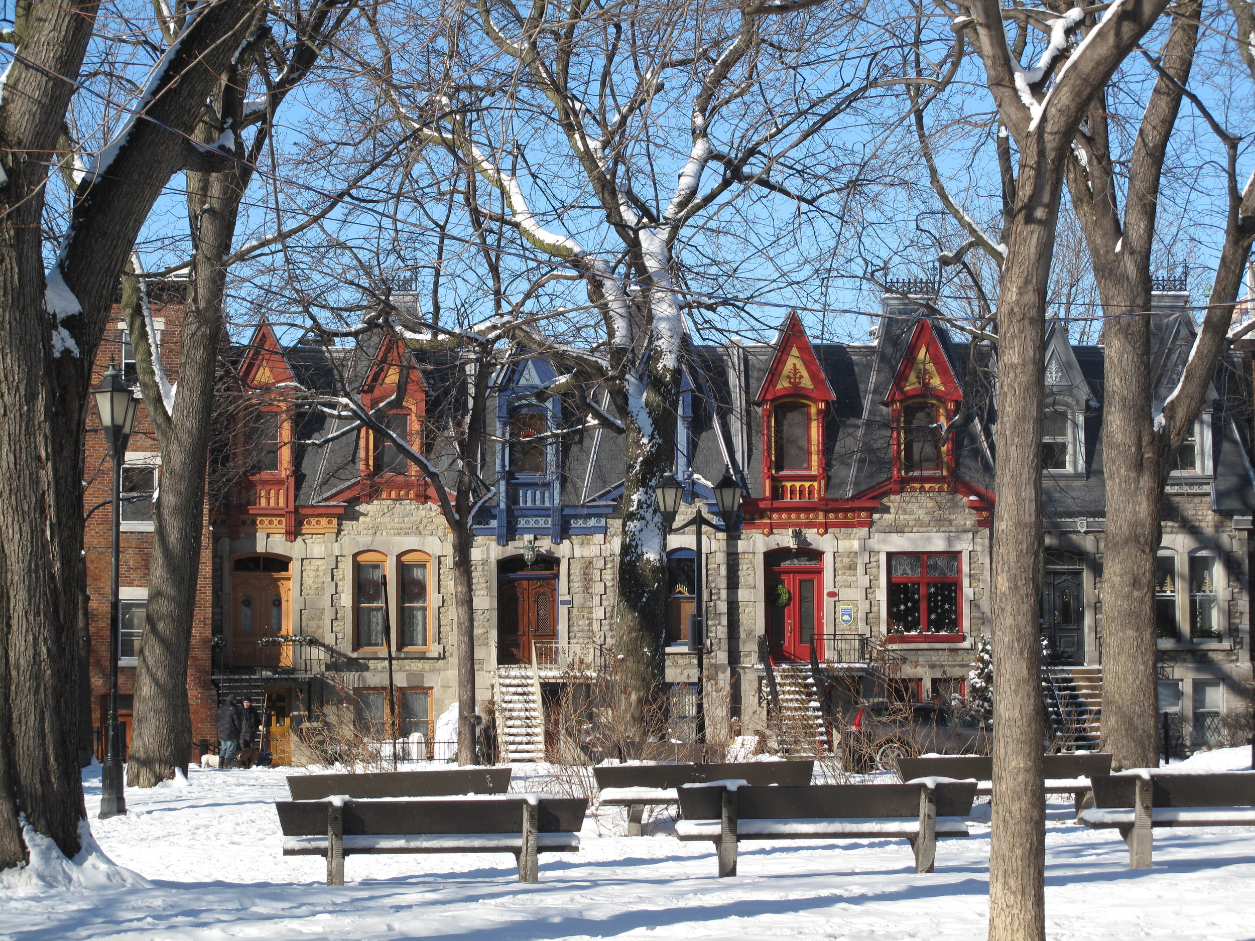 Old-Montreal-winter-snow-colourful-houses
