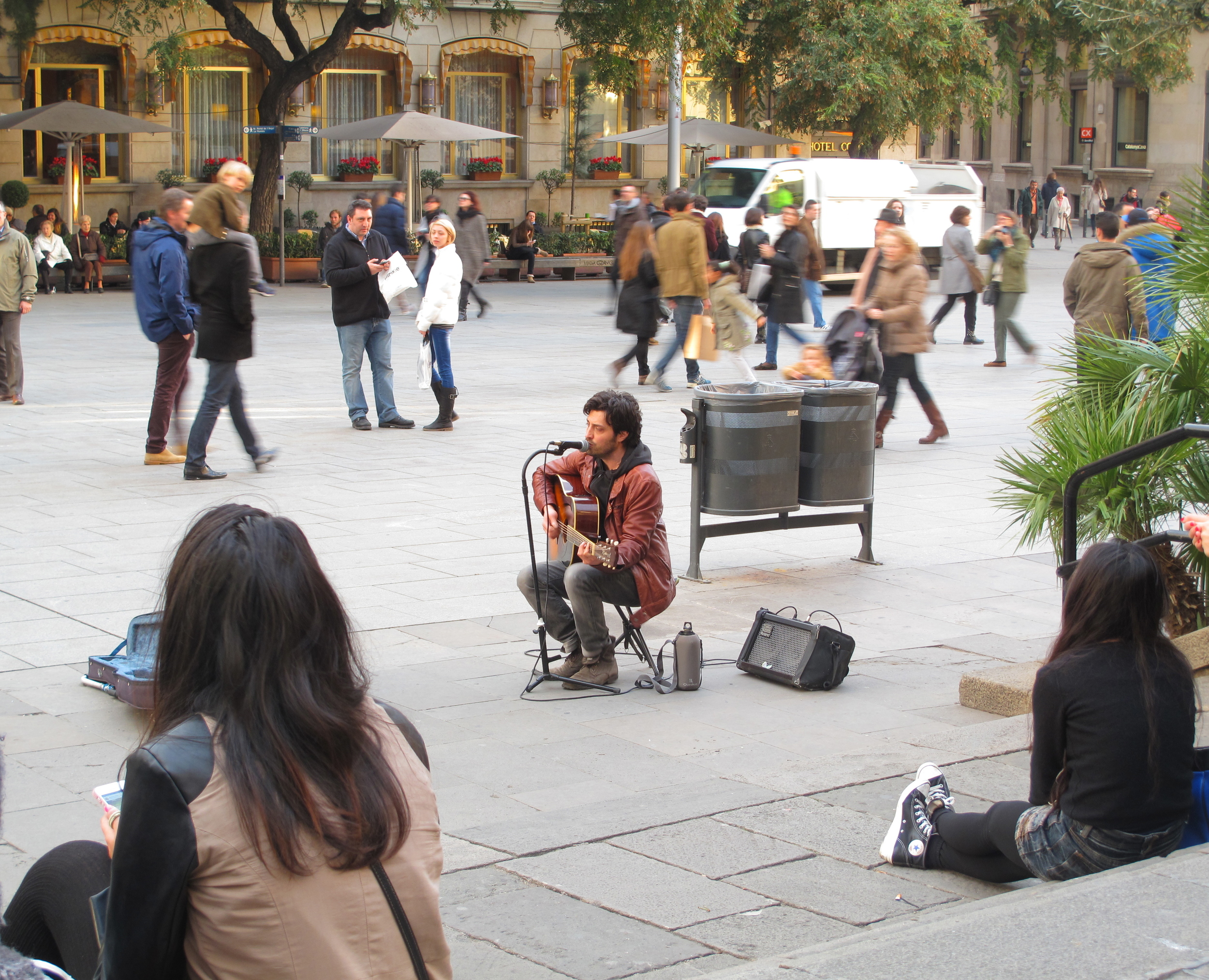 Rita falls in love with the guitar player in the square in Barcelona