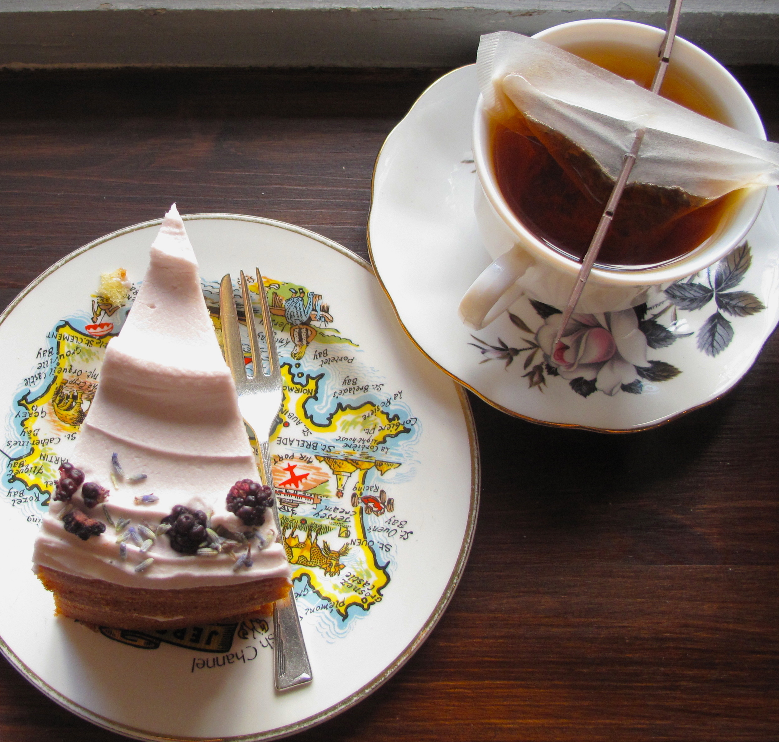Love Crumbs cafe - flower cake and a cup of fragrant tea.