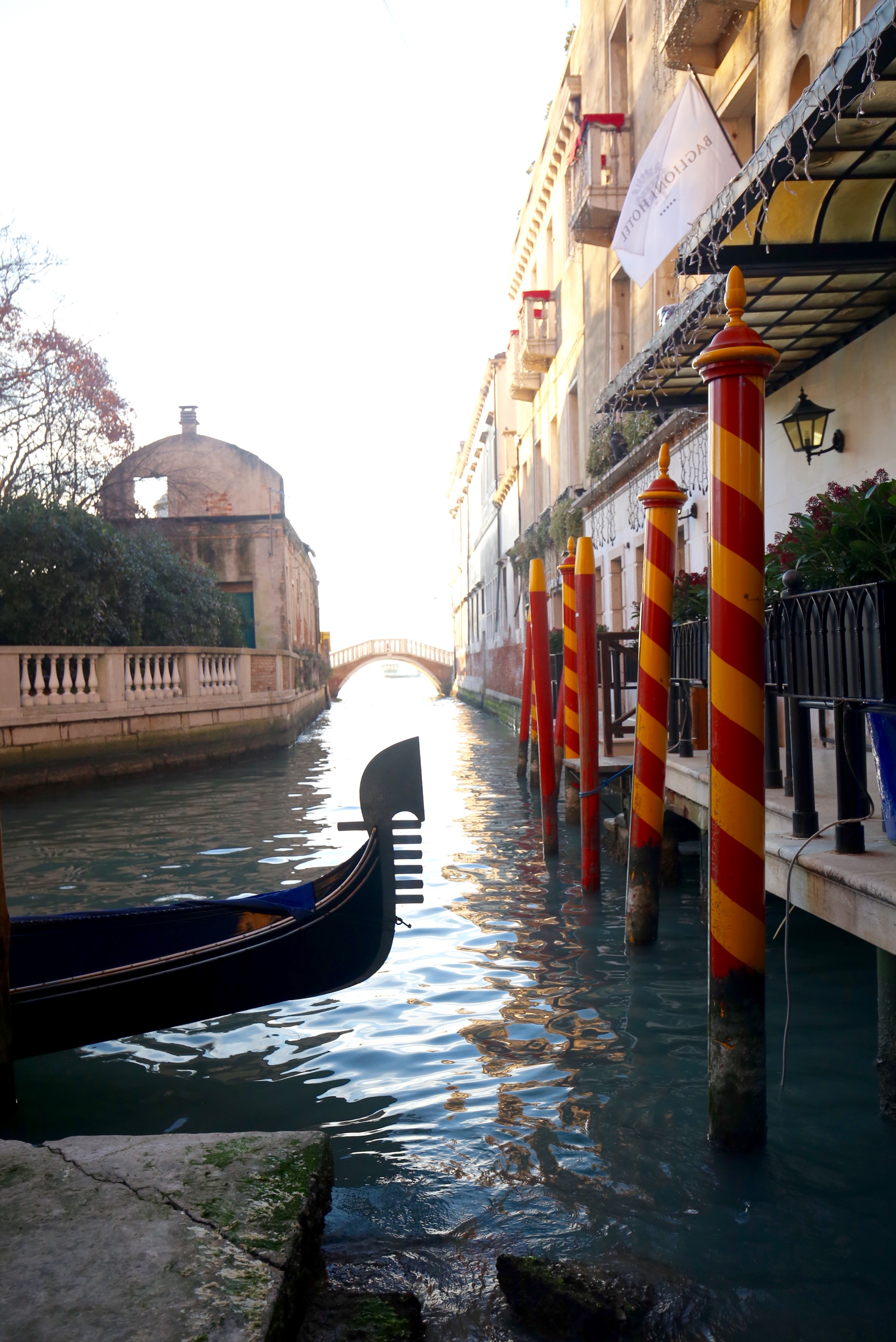 A gondola tail and red and yellow bricola poles.