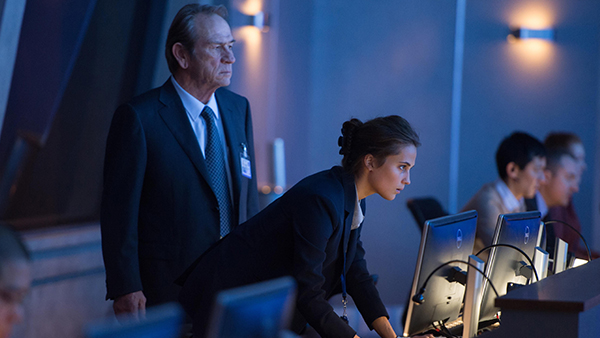 Dewey (Tommy Lee Jones) is practically the same character as the prior old white guys. Luckily Alicia Vikander's Lee has different motives and character traits than the Bourne-hunters that came before.