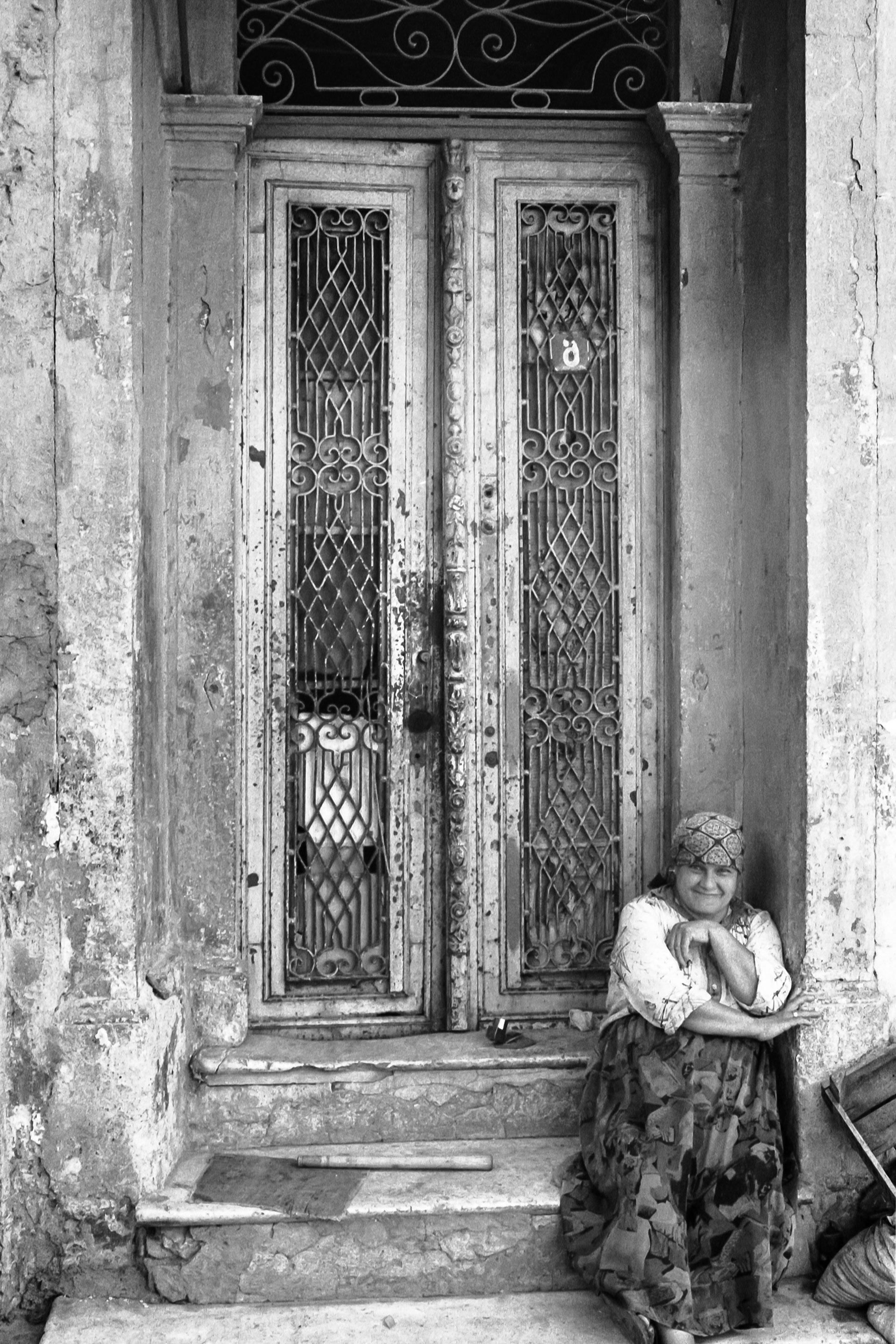 Hauseingang-Frau-Izmir.jpg