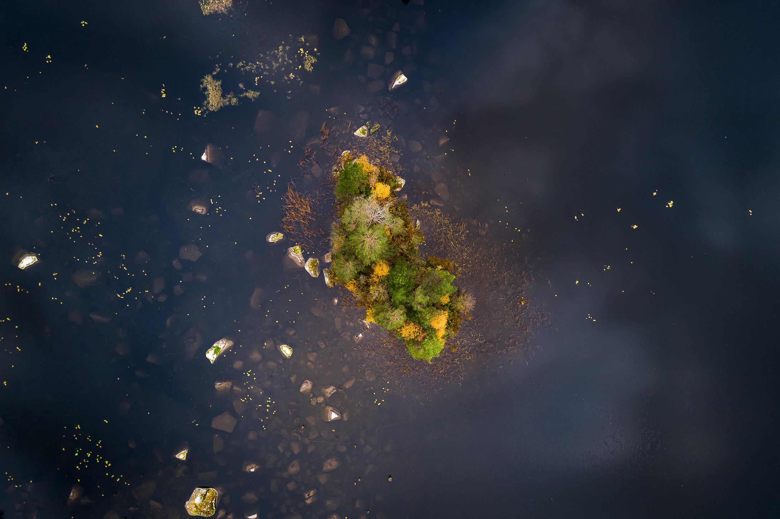 liten ö i höstfärger