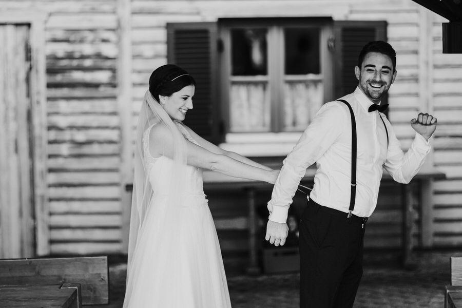 Braut zieht aus Spaß an der Hosenträger des Bräutigams
