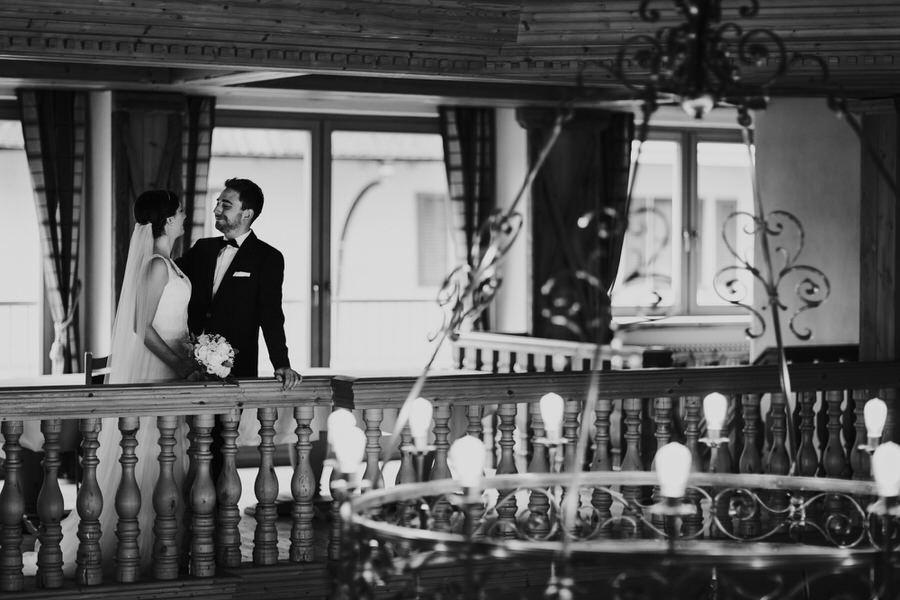 Brautpaar steht auf der Galerie  vor der Kronleuchte im Hotel Rössle