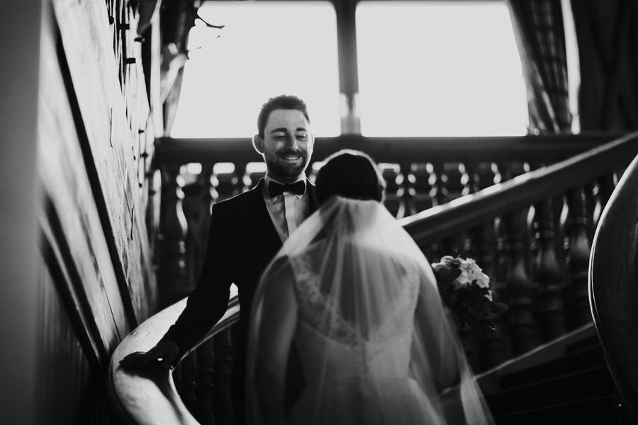 Bräutigam sieht die Braut in ihrem Brautkleid