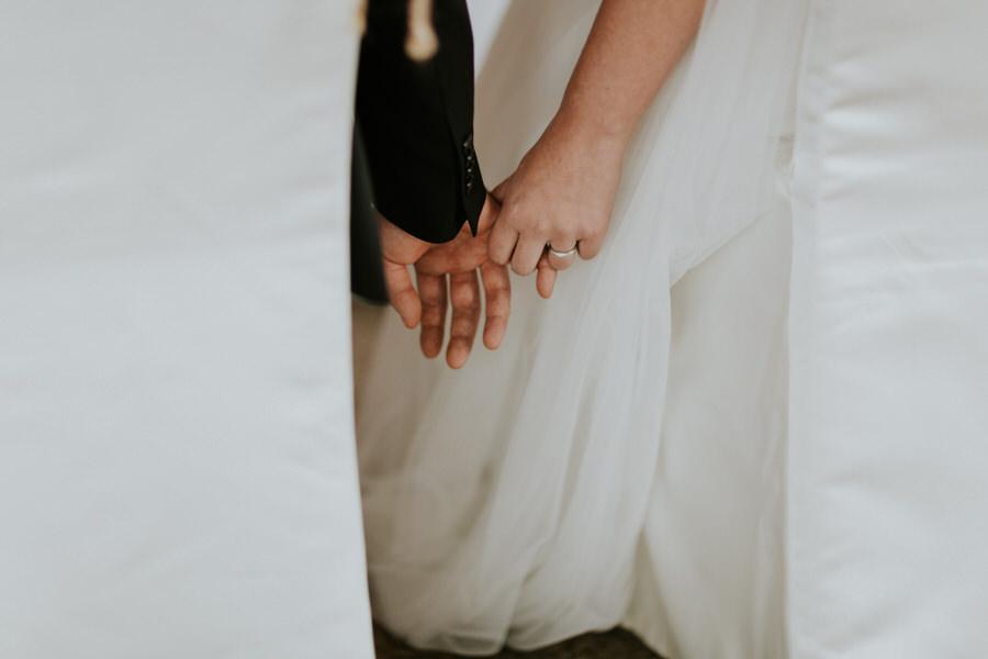 Hände von der Braut und vom Bräutigam