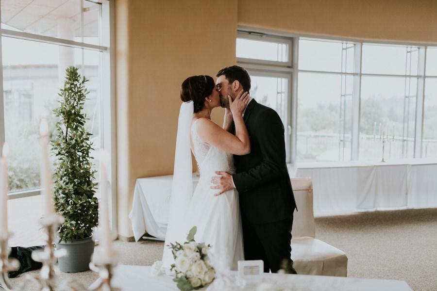 Brautpaarkuss während der freien Trauung