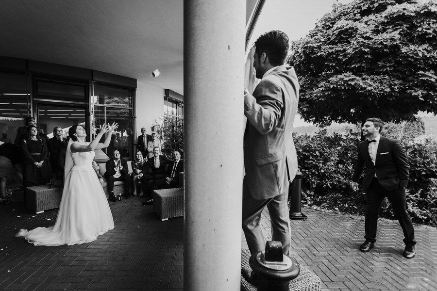 Braut fängt die geworfene vom Bräutigam über Tuch Tasse