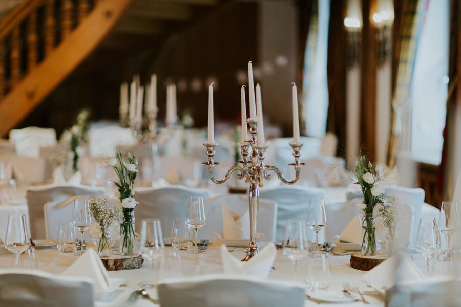 Kerzenständer auf dem Tisch und Tischdeko