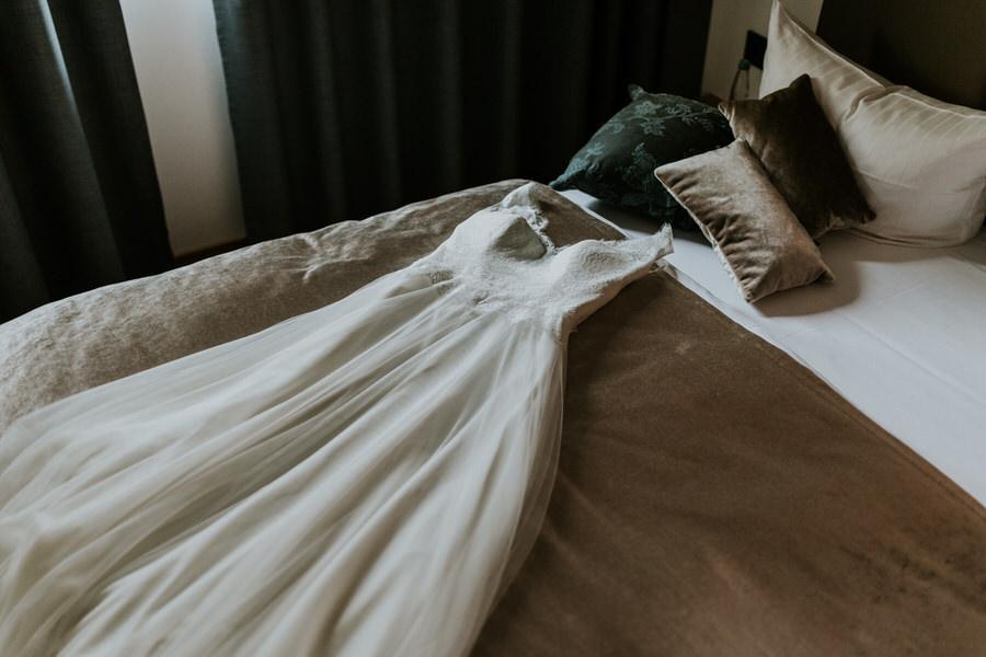 Brautkleid liegt auf dem Bett