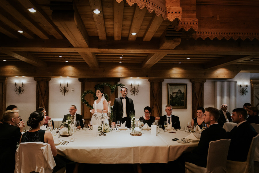 Brautpaar begrüßt die Gäste im Festsaal
