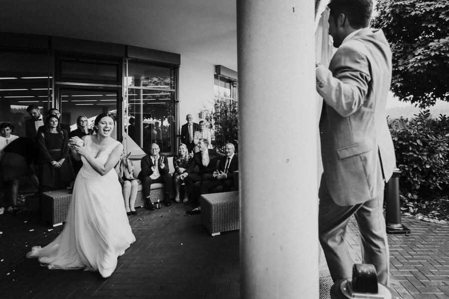 Braut fängt die Tasse beim Spielen