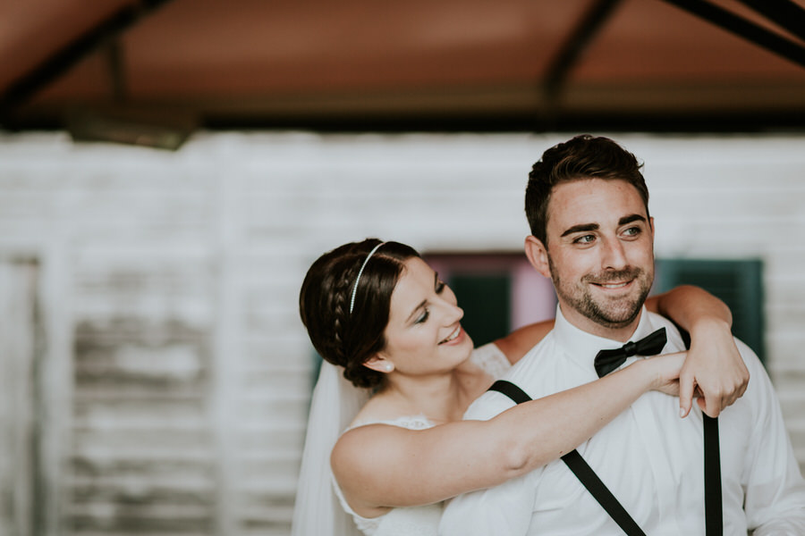 Braut umarmt Braeutigam