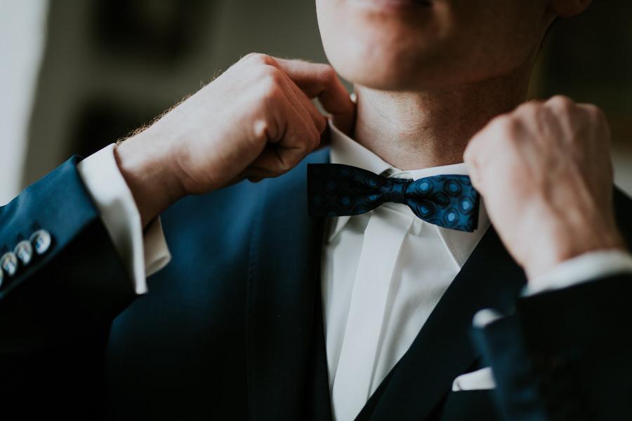 Bräutigam passt Hemd und Fliege an