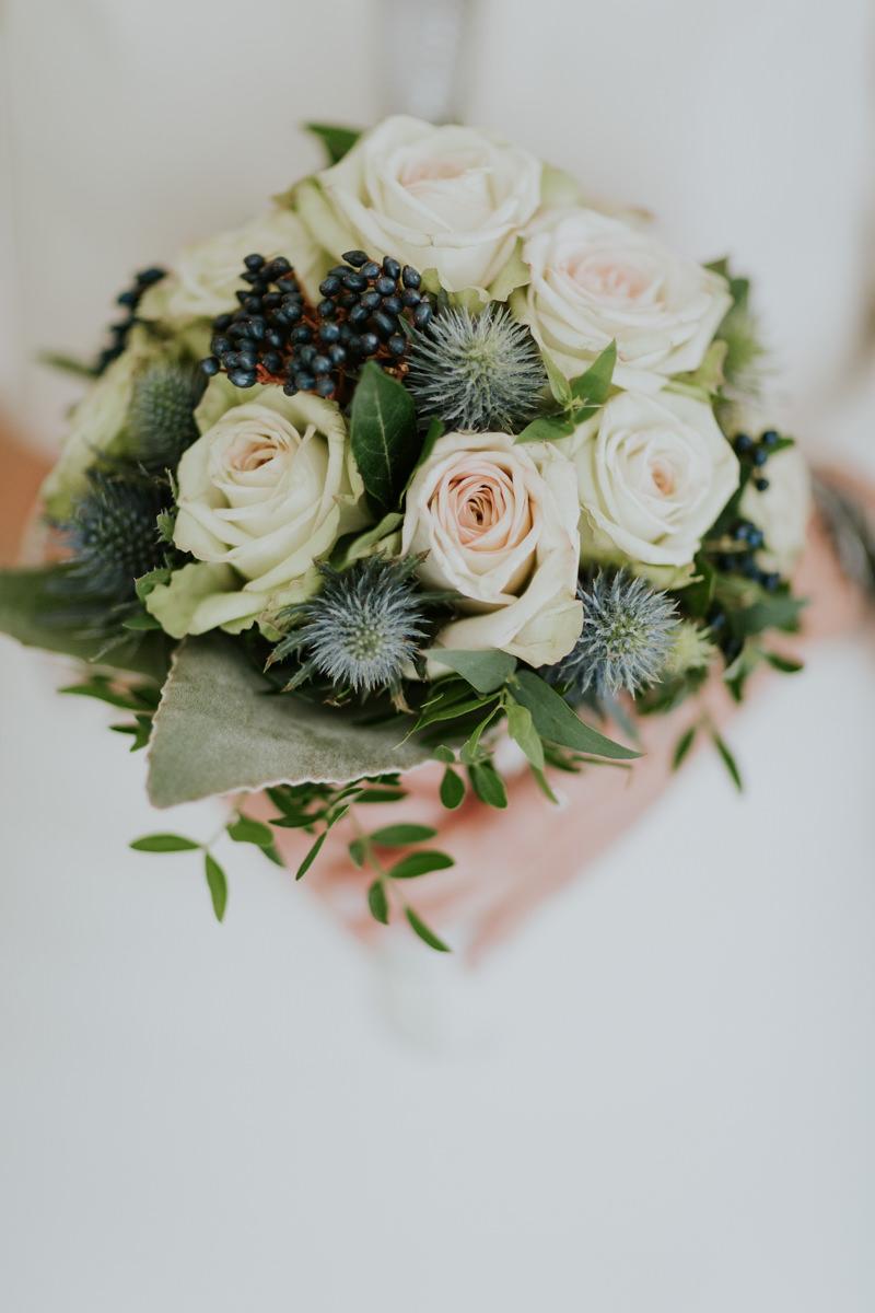 Brautstrauss mit weissen Rosen
